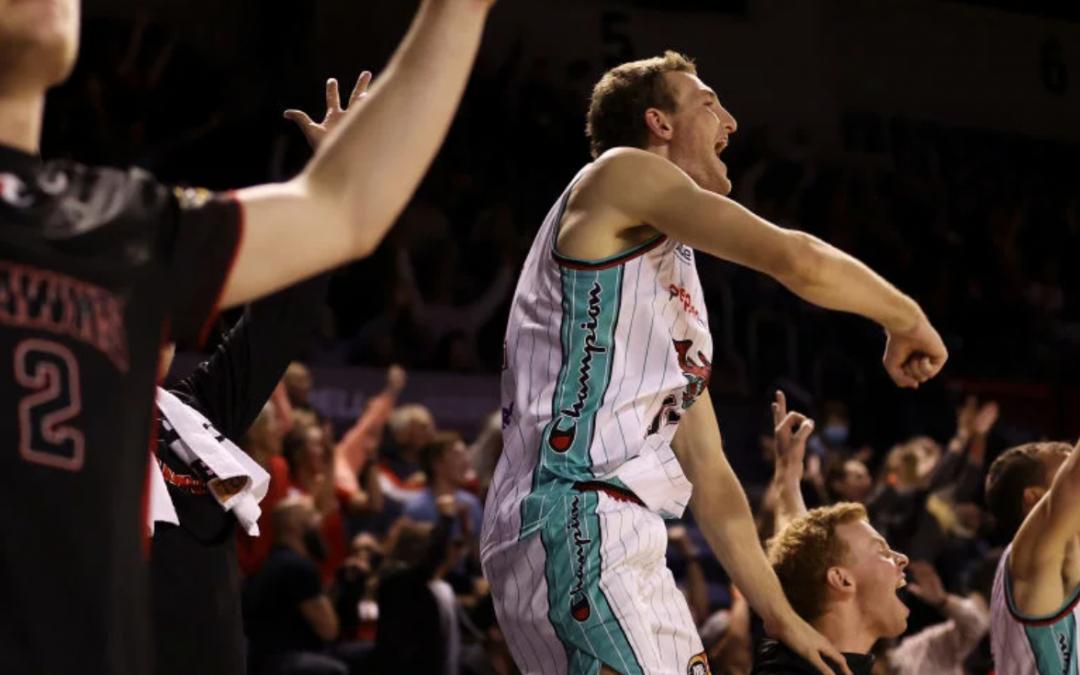 Illawarra Hawks win close game in hunt for playoffs